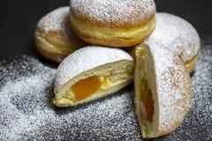 Boulangerie européenne de tradicional de butées toriques de beignets berlinois pour fasching le temps carneval photos libres de droits