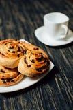 Boulangerie faite maison avec du chocolat sur la table en bois foncée Image libre de droits