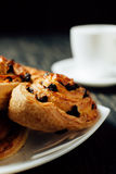 Boulangerie faite maison avec du chocolat sur la table en bois foncée Photographie stock