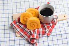 Boulangerie faite maison de saveur de petit pain orange de confiture avec du café sur la table Image libre de droits