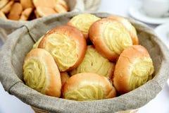 Boulangerie fraîche dans le panier Photos stock