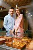boulangerie Homme et femme dans la boutique de pâtisserie photographie stock libre de droits