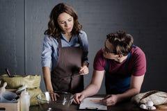 Boulangers discutant des ingrédients photo stock