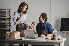 Boulangers examinant des pâtisseries photos libres de droits