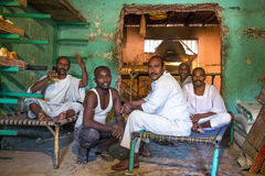 Boulangers soudanais dans une boulangerie locale photos libres de droits
