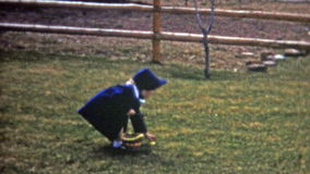 BOULDER, COLORADO 1952: Caccia all'aperto dell'uovo di Pasqua nei cofani convenzionali del vestito da modo video d archivio