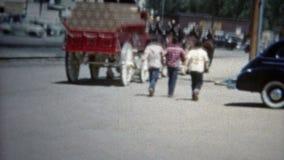 BOULDER, COLORADO 1952: Gli uomini che corrono dopo Budweiser trasportano la venuta su autocarro alla città stock footage
