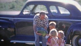BOULDER, COLORADO 1952: I giochi di visite di zio con l'anguria dei bambini portano il bavaglio video d archivio
