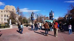 BOULDER, COLORADO, AM 27. JANUAR 2014: Besucher besichtigen das Stadtzentrum Stockfotos