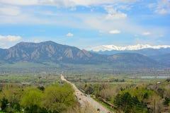 Boulder, Colorado y las montañas de las planchas en Sunny Day fotos de archivo