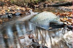 Boulder dans l'eau Photographie stock libre de droits