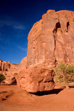 Boulder, das auf Sandstapel balanciert Monument-Tal im Navajo-Stammes- Park stockbild