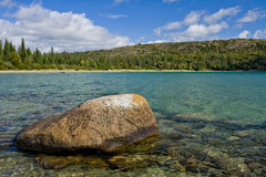 Boulder en el lago, Ontario norteño Fotos de archivo libres de regalías