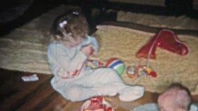BOULDER, LE COLORADO 1951 : La fille ouvre le bas de Noël obtient la sucrerie  banque de vidéos