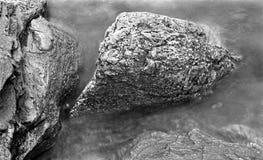 Boulder pela linha costeira - gravou com filme análogo fotografia de stock royalty free