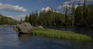 Boulder a rempli rivière de cieux bleus 4k 24fps banque de vidéos