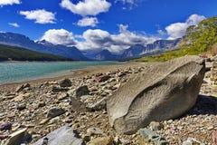 Boulder sur le lac Sherburne en parc national de glacier images stock
