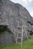 Boulderfels mit unfairer kletternder Unterstützung lizenzfreie stockbilder