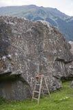 Boulderfels mit unfairer kletternder Unterstützung stockfotos