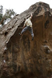 bouldering的上升的岩石 免版税库存图片