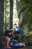 Bouldering en nature image stock