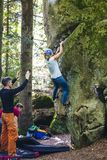 Bouldering en nature photos libres de droits