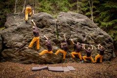 Bouldering -7 moment till överkanten Arkivbilder