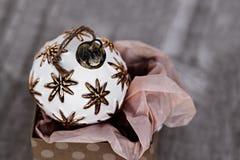 Boule antique simple de Noël blanc se reposant dans la boîte actuelle Image libre de droits
