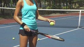 Boule battante de femme par la raquette de tennis banque de vidéos