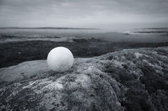 Boule blanche dans un paysage Photographie stock
