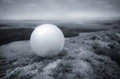 Boule blanche dans un paysage Photos stock