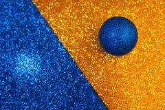 Boule bleu-foncé sur un fond de scintillement de couleur images libres de droits