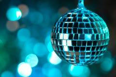 Boule bleue de disco sur le fond de bokeh - horizontal Image stock