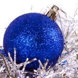 Boule bleue de Noël avec la tresse Photo libre de droits