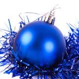 Boule bleue de Noël avec la tresse Photographie stock