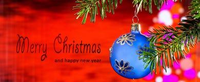 Boule bleue de Noël avec le Joyeux Noël des textes image libre de droits