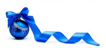 Boule bleue de Noël avec le ruban d'isolement Photographie stock libre de droits