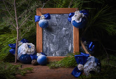 Boule bleue de Noël, fond de Noël L'espace libre pour le texte Photos stock