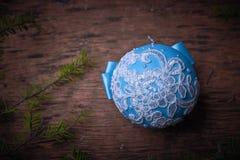 Boule bleue de Noël, fond de Noël L'espace libre pour le texte Photos libres de droits