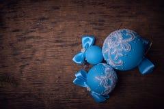 Boule bleue de Noël, fond de Noël L'espace libre pour le texte Photo stock