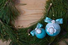 Boule bleue de Noël, fond de Noël L'espace libre pour le texte Images libres de droits