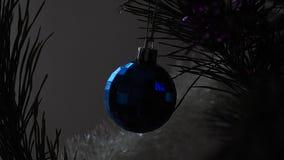Boule bleue de Noël sur l'arbre banque de vidéos