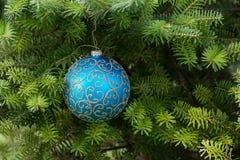 Boule bleue de Noël sur l'arbre de Noël images stock