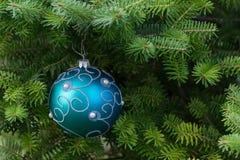 Boule bleue de Noël sur l'arbre de Noël Photos libres de droits