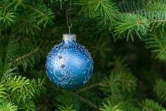 Boule bleue de Noël sur l'arbre de Noël photographie stock