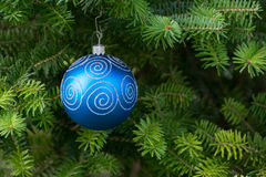 Boule bleue de Noël sur l'arbre de Noël photographie stock libre de droits