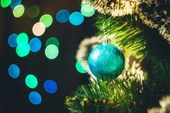 Boule bleue de Noël sur l'arbre de Noël impeccable avec multicolore photos libres de droits