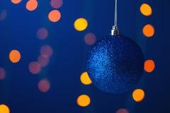Boule bleue de Noël sur une branche Photos stock