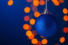 Boule bleue de Noël sur une branche Photo libre de droits