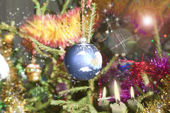 Boule bleue lumineuse sur l'arbre de Noël Photos stock